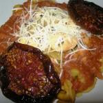 Nube de queso y tomates secos sobre tortellinis con una reducción de tomate